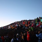 富士山 山頂御来光を見る登山者