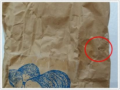 シバンムシが明けた小麦粉の袋の穴
